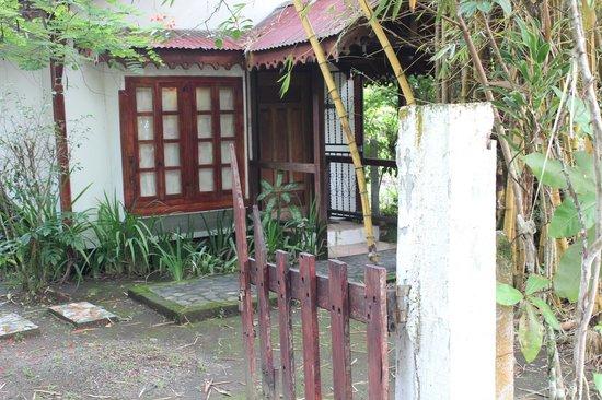 The Lotus Garden: Renovierungsbedürftiger Eingang
