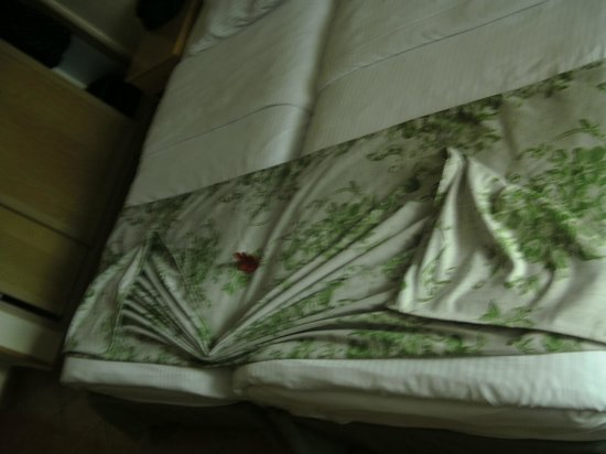 Ghazala Gardens Hotel: Bed made up by cleaner