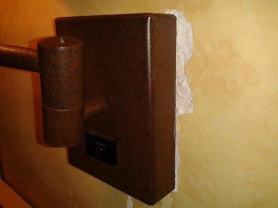 Hotel Eurostars Regina: Aplique de Habitacion con pared descascarillada