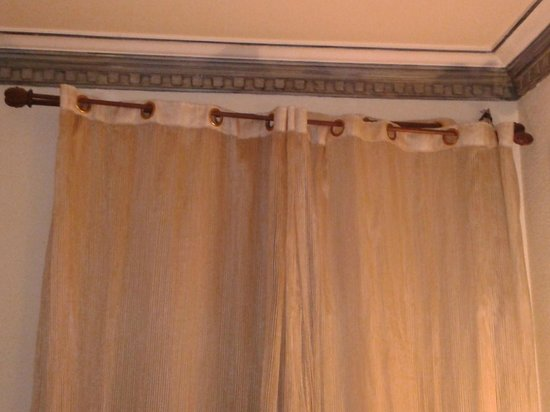 Hotel Eurostars Regina: Barreta de la cortina de la habitacion desprendida
