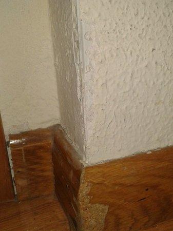 Hotel Eurostars Regina: Pintura de la habitacion en mal estado