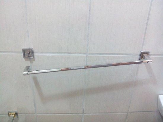 Hotel Las Tres Banderas: Barra de toalla rota y oxidada en habitación deluxe