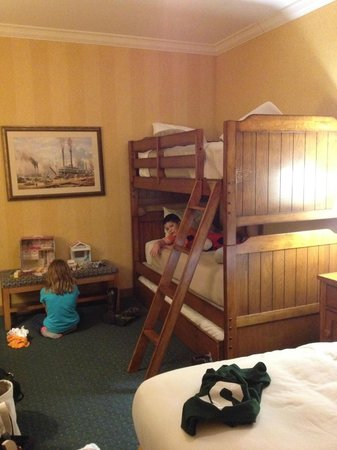 Fulton Steamboat Inn: king with bunk beds