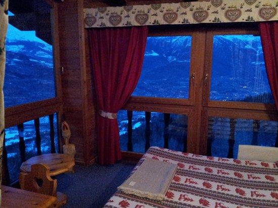 Hotel Tivet: La stanza con grandi vetrate e vista su Aosta