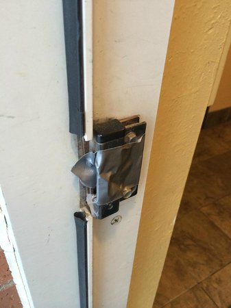 Holiday Inn Express Superior : SECURITY ISSUE - rear door does not lock