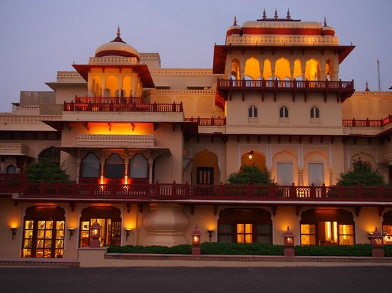 Rambagh Palace: Hotel at dusk