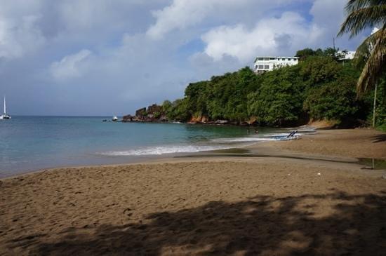 Beachcombers Hotel: пляж