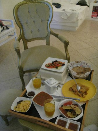 Above Blue Suites : BREAKFAST IN THE ROOM