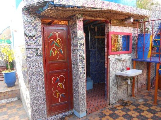 Hostel Riad Marrakech Rouge : bagno in comune sulla terrazza praticamente all'aperto