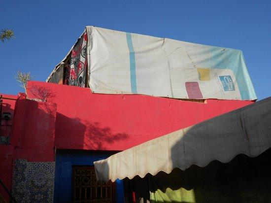 Hostel Riad Marrakech Rouge : ferri e tendone creano dormitorio, caldo d'estate e freddo d'inverno, oltre ad assenza di sicure