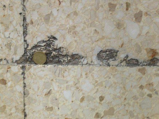 Corona Roja - Playa del Ingles: Chips on the floor tiles that were dangerous on your feet