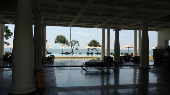 The Fortress Resort & Spa : Salon ouvert sur la piscine et la mer