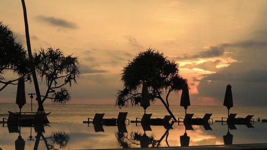 The Fortress Resort & Spa : la piscine après le coucher de soleil
