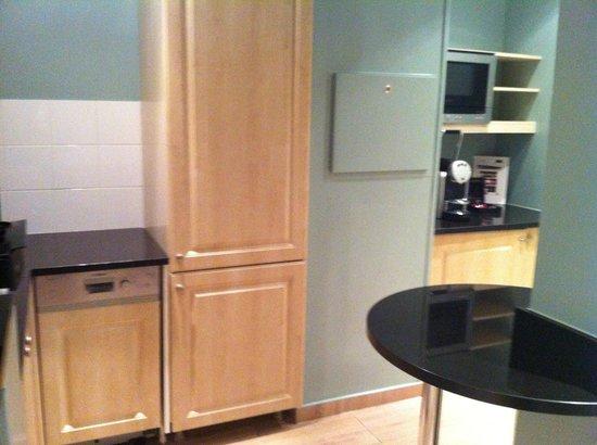 Fraser Suites Le Claridge Champs-Elysees: Kitchen