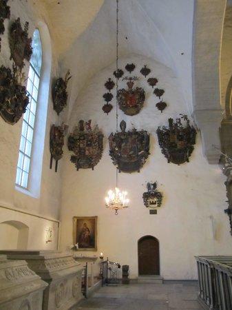 Église du Dôme : Здесь похоронены дворяне и рыцари Верхнего города. На стенах - 107 гербовых эпитафий.
