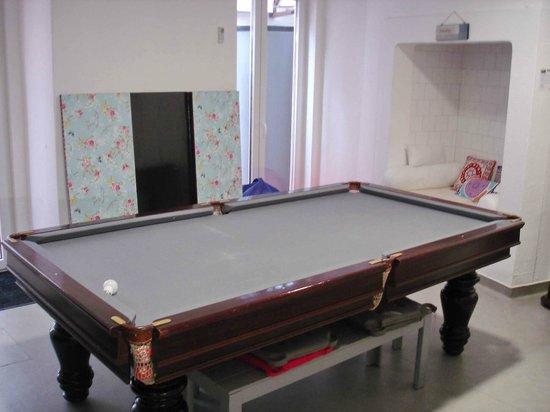 Royal Prince Hostel : Old pool table