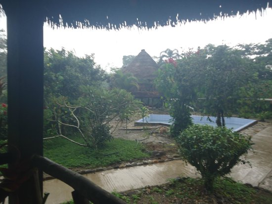 Suchipakari Amazon Rainforest Ecolodge: En un día lluvioso, la vista desde mi habitación a la piscina y el área de hamacas