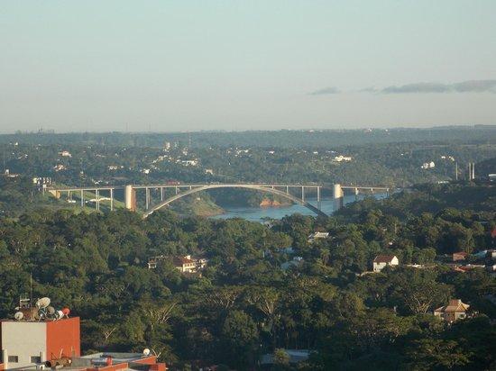 Wyndham Golden Foz Suites: Vista do quarto para a ponte da amizade