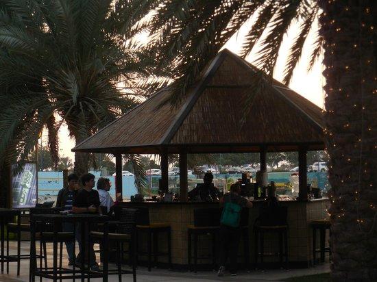 Sheraton Abu Dhabi Hotel & Resort : a area de bar externa