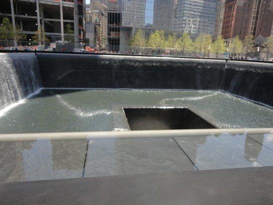 National September 11 Memorial und Museum: Uma das fontes, representando uma das torres caídas do WTC no 9/11