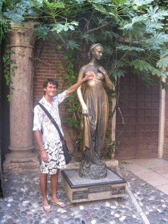 Casa di Giulietta: Статую Джульетты