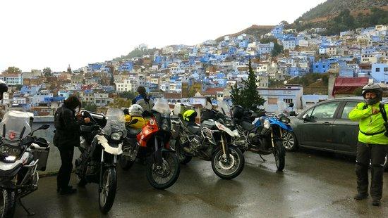 Dar Echchaouen : Parking, ideal para viajeros en moto o coche.