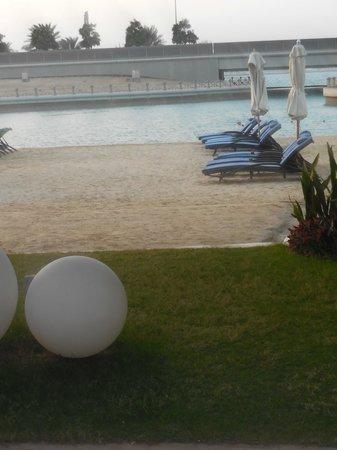 Sheraton Abu Dhabi Hotel & Resort : espreguiçadeira na praia otima para um final de dia