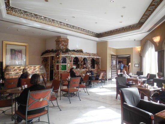 Sheraton Abu Dhabi Hotel & Resort: o interior do lobby e neste caso com casa de doces mesmo