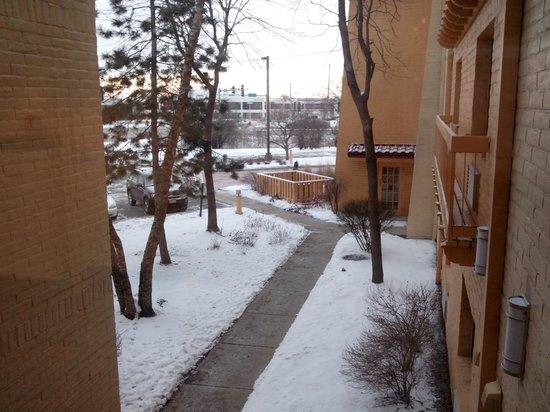 Days Inn & Suites Arlington Heights: Visão de umas das janelas do primeiro andar