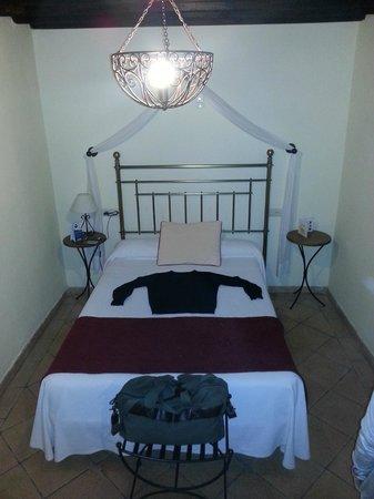 Hotel Casa del Capitel Nazari: Cama de 1,50 cm (El Jersey es talla M)