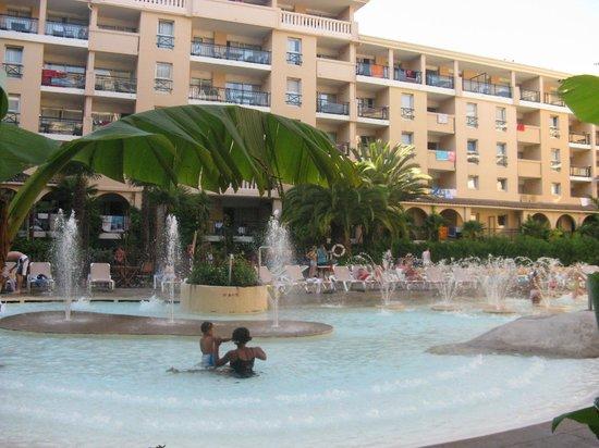 Pierre & Vacances Residenz Cannes Beach: Внутренний двор с большим бассейном