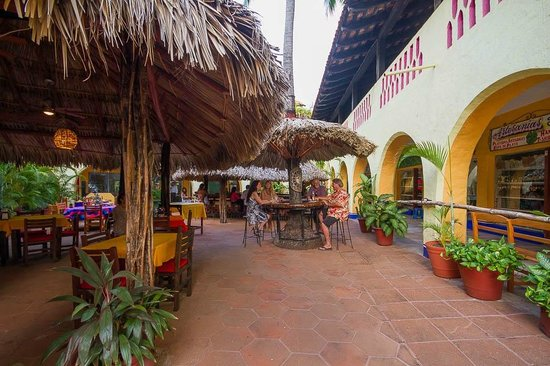 Las Margaritas: shopping on the right