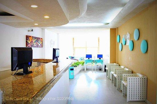 Emperador Vallarta Beachfront Hotel & Suites: Front desk and lobby area