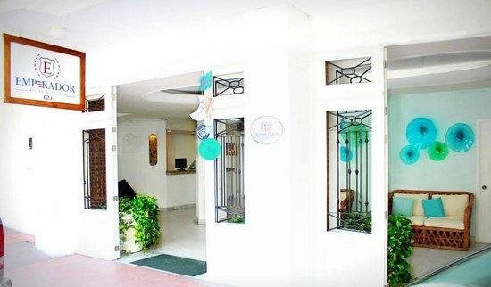 Emperador Vallarta Beachfront Hotel & Suites: Hotel entrance on Amapas street