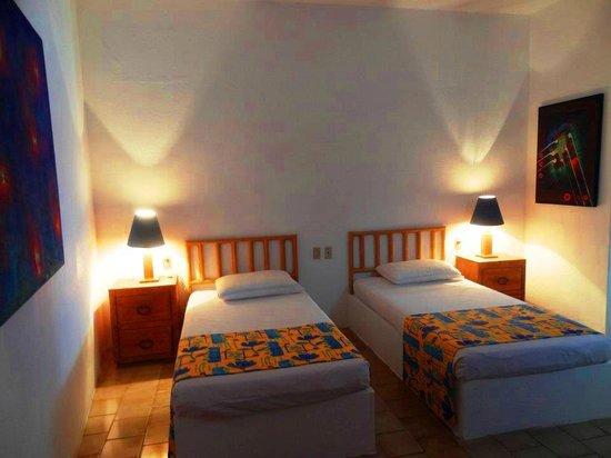 Emperador Vallarta Beachfront Hotel & Suites: Standard room (Mountain view) twin beds