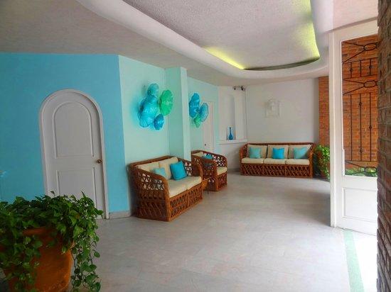 Emperador Vallarta Beachfront Hotel & Suites: Lobby (Hotelñ entrance) sitting area (free internet access)
