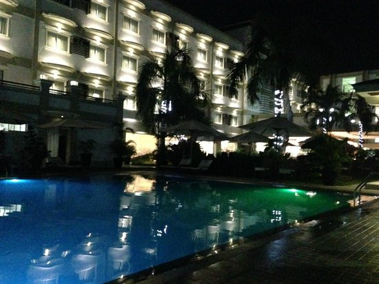 Hotel Centro: Hotel and Pool at night
