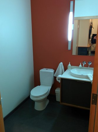 The Island Inn at 123 West : Additional 1/2 bath in Penthouse 5