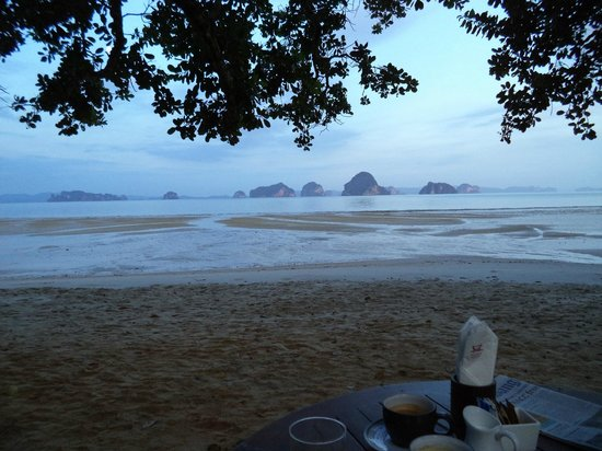 The Tubkaak Krabi Boutique Resort : завтрак на пляже