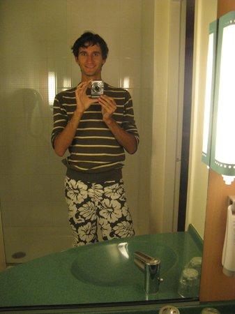 Hotel Ibis Lyon Bron Eurexpo : Раковина с зеркалом