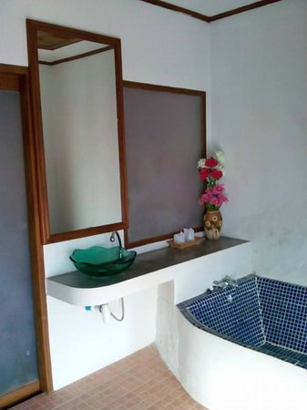 The Point Villa: Large tiled bath and seperate shower cubicle