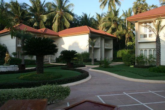 Radhika Beach Resort: Jardín y zona habitaciones