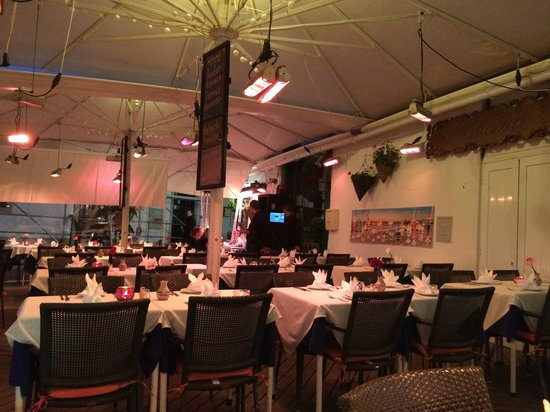Cabana Fresca Restaurant: Terrace in the evening
