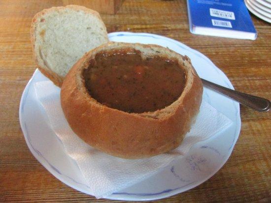 Pivnice Dacicky : Суп - гуляш в хлебном горшочке