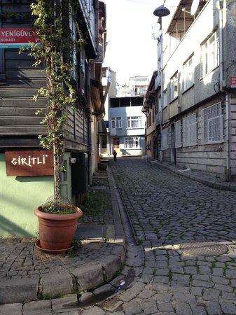 Giritli Istanbul: Вид улицы рядом с рестораном