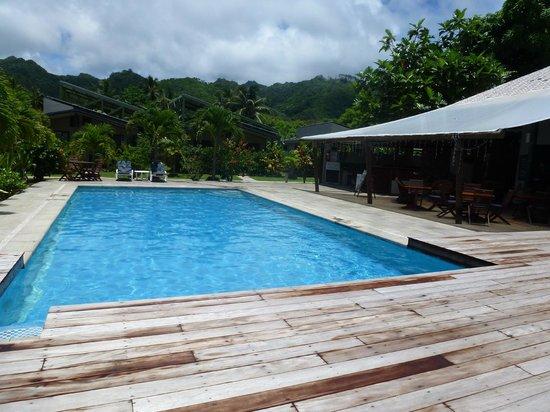 Muri Beach Resort: Pool and Aqua Bar