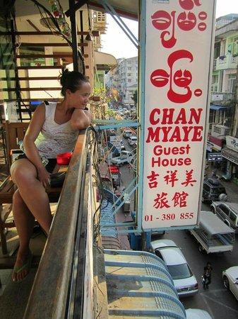 Chan Myae Guesthouse : Balkong utanför receptionen på tredje våningen