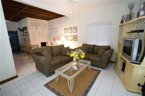 Anchorage Jamaica Bed & Breakfast : Travellers Palm Living/Dining Room