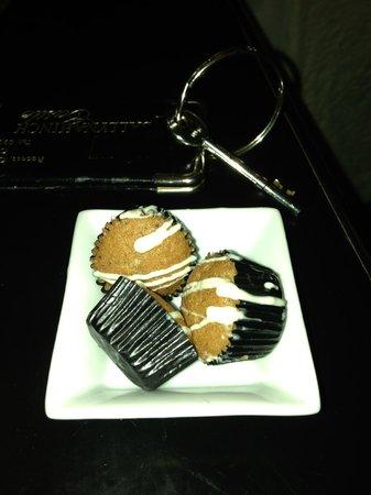 Ballynahinch Castle Hotel: Turndown service with wonderful mini-muffins