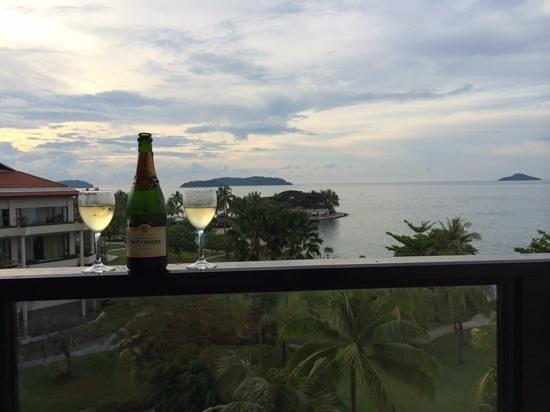 Shangri-La's Tanjung Aru Resort & Spa : Champagne as the sun sets